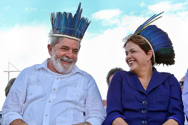 O ex-presidente Lula e a presidente Dilma Rousseff com os cocares que ganharam de Apurinã em inauguração da Ponte Rio Negro.