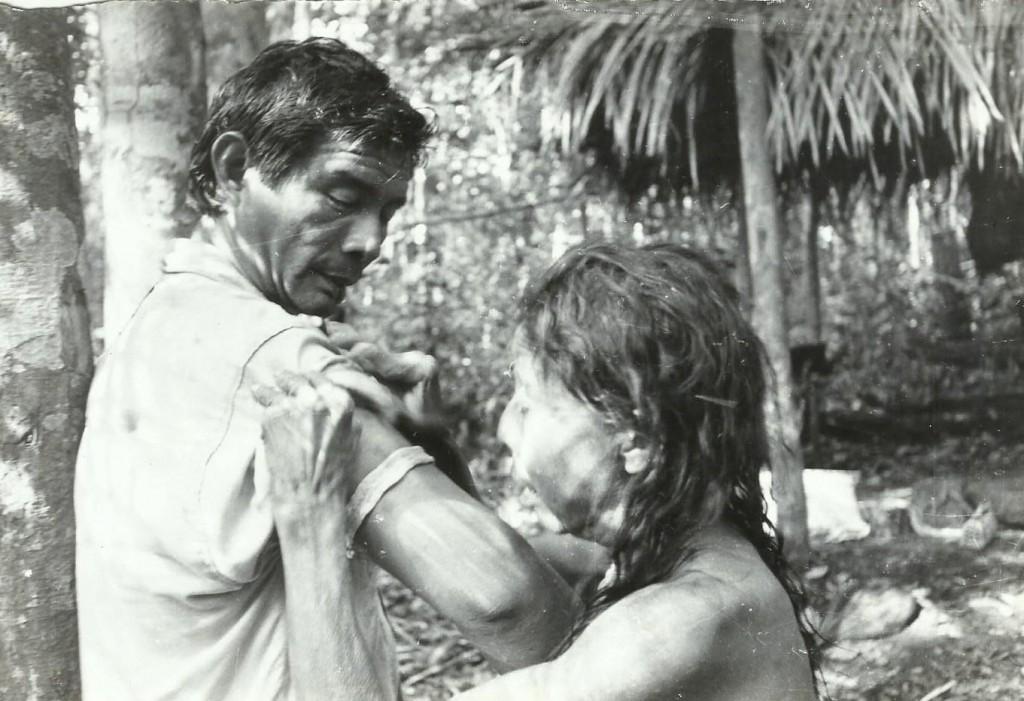 O guerreiro Aruká Juma com a tia Inté na aldeia original, em 1994. Foto: Adolpho Kilian Kesselring.