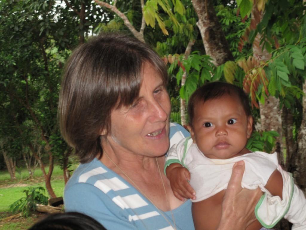A missionária Giustina Zanato trabalhou com crianças indígenas de São Gabriel da Cachoeira, no Amazonas. (Arquivo Pessoal)