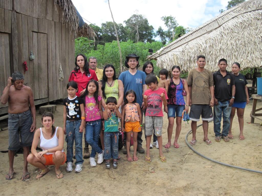 O guerreiro Aruká (sem camisa) acompanhado da família e de representantes da Funai e da ONG Kanindé. Foto: Divulgação/Funai