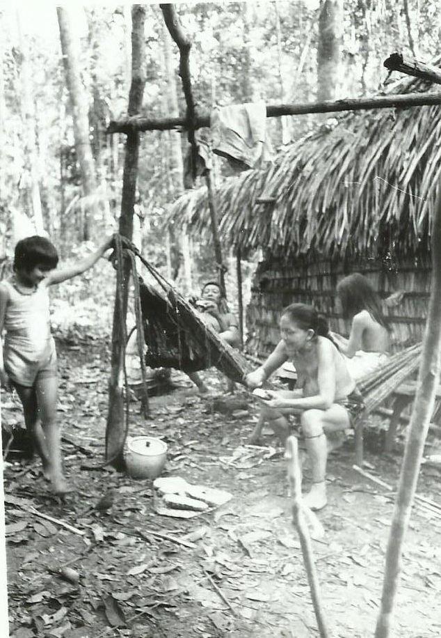As meninas juma Mandei, Mborehá e Maitá na aldeia original, em 1994. Foto: Adolpho Kilian Kesselring.