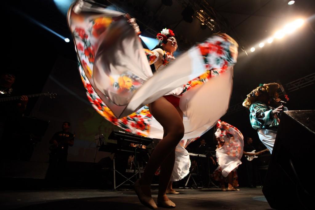 Bailarina dança o carimbó do Mestre Pinduca em Belém. (Foto: Carlos Sodré/Agência Pará de Notícias)