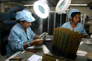 Funcionárias montam componentes de placas em fábrica de Manaus (Foto: Alberto César Araújo)