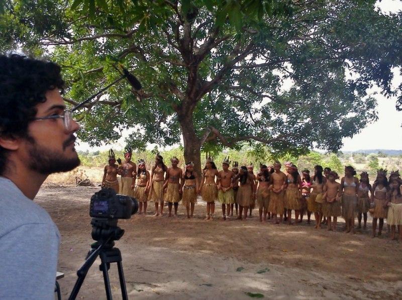 Equipe registra dança e música de comunidade indígena de Roraima.