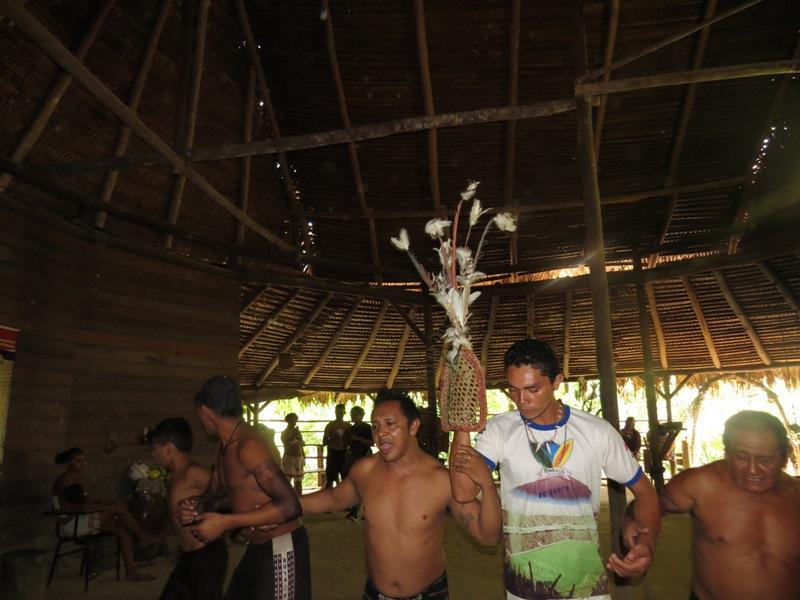 Indígenas dançam e cantam durante ritual da tucandeira. Foto: Elaíze Farias