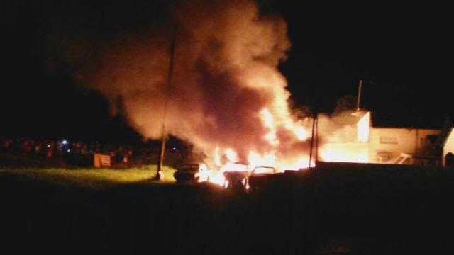 Prédio da Funai foi incendiado por manifestantes de Humaitá (Foto: Divulgação)