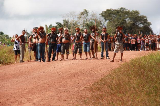Índios tenharim na estrada que corta reserva no AM (Foto: Funai de Humaitá)