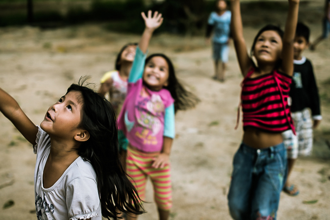 Fotógrafo retrata cotidiano de índios em meio ao conflito