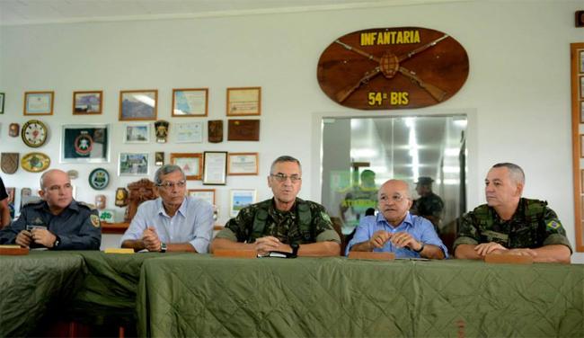 O general Eduardo Villas Bôas (no centro) preside a comissão de paz (Foto: Chico Batata/Agecom)