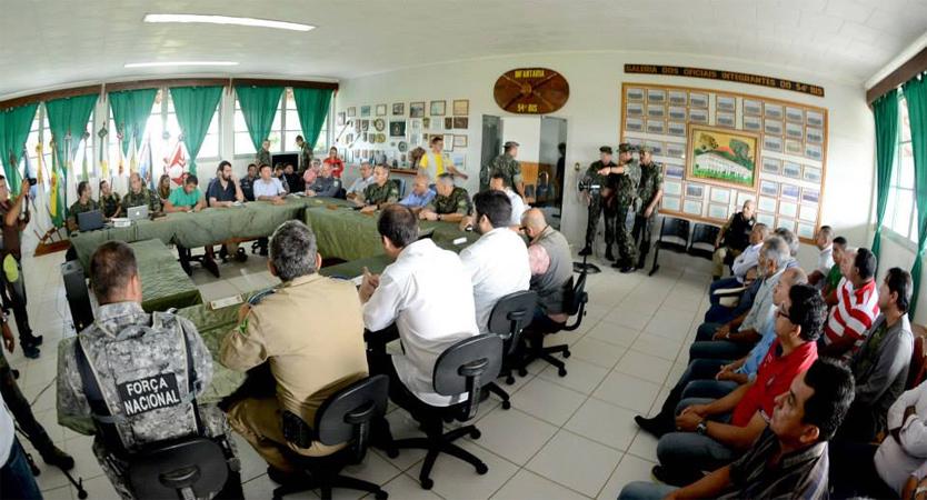 Autoridades dos governos federal e estadual reunidas no quartel do Exército em Humaitá (Foto: Chico Batata/Agecom)