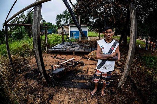 Fernando Tenharim teve a casa queimada por fazendeiros contrários ao pedágio (Foto: Gabriel Ivan/Mídia Ninja)