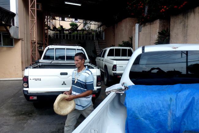 Seis veículos estão retidos no prédio da Funai (Foto: Alberto César Araújo)