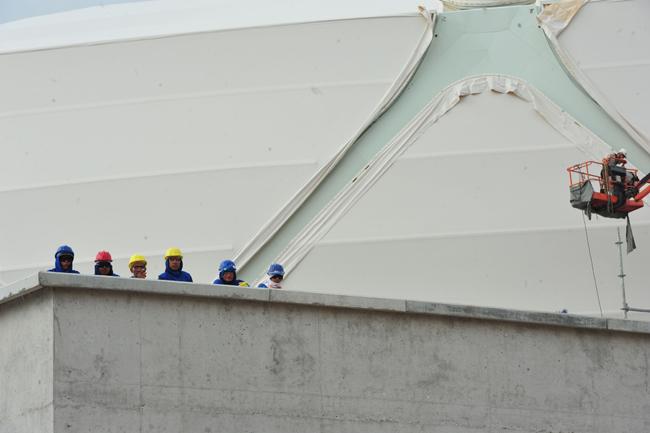 Operários continuaram trabalhando no dia do acidente com o técnico português (Foto: Alberto César Araújo)