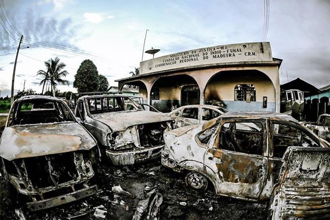 Durante a revolta dos moradores de Humaitá, carros e o prédio da Funai foram incendiados (Foto Gabriel Bicho/Midia Ninja)