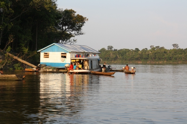 Casa flutuante da aldeia Manissuã, rio Tapauá, na Terra Indígena Paumari. Foto: Oiara Bonilla.