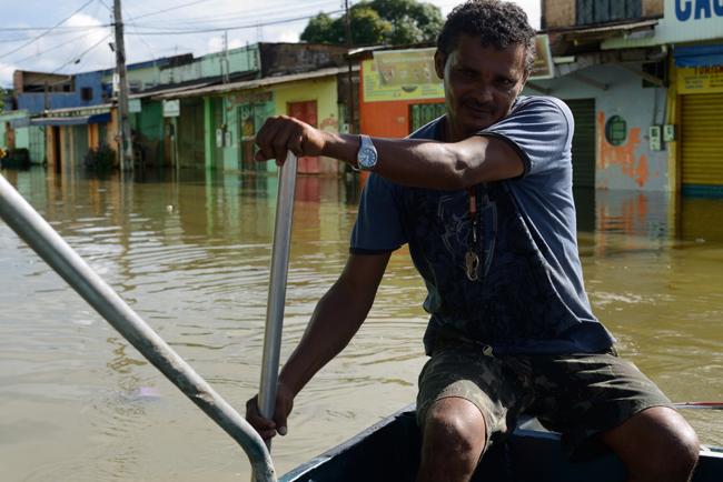 Nas ruas centrais de Porto Velho o acesso da população é feito de barcos (Foto: Gabriel Ivan)