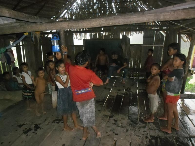 Aldeia indígena é acessível por viagem de três horas em barco