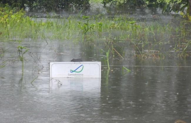 Placa da usina Santo Antônio no entorno do reservatório em Jaci Paraná (Foto: MAB 16/02/2014)