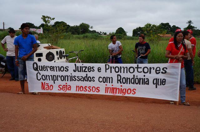 Protesto na frente da sede da Justiça Federal (Foto: Guajará Notícias)