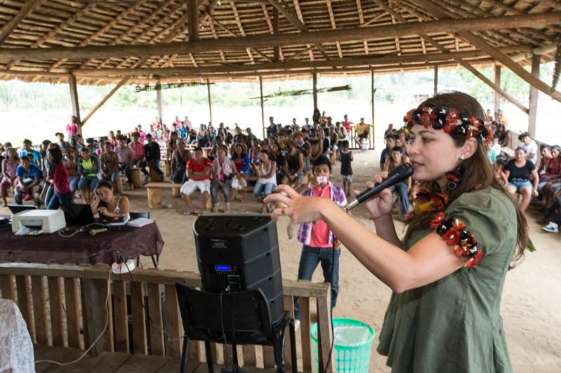 Maria Augusta Assirati durante reunião com indígenas na aldeia Marmelos, Amazonas ( Foto: Mário Vilela/Funai)