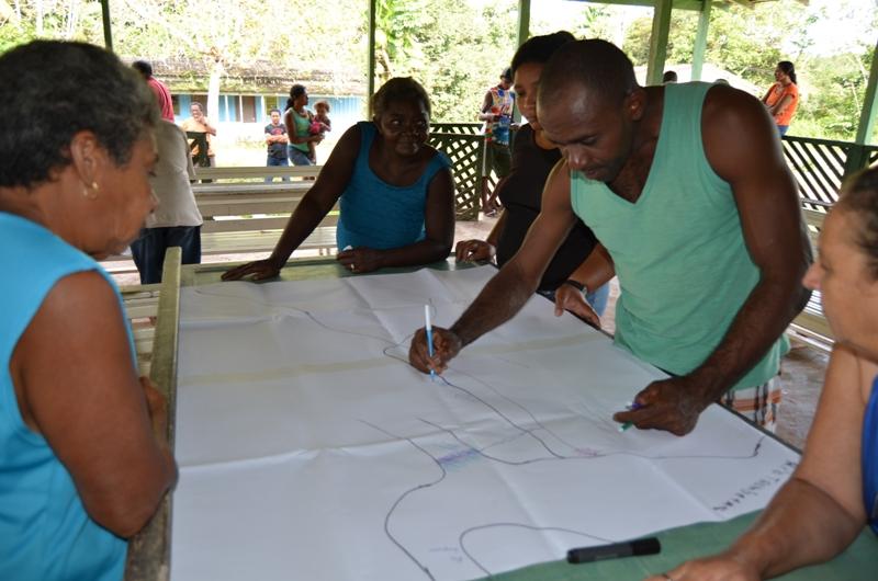 Moradores de Cachoeira-Porteira, em atividade de mapeamento de comunidade. (Foto: Emmanuel de Almeida Farias Júnior)