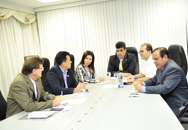 Reunião da CPI com os deputados  Abdala Fraxe (de gravata amarela) e Ricrado Nicolau (blusa branca) Foto: Edmar Perrone/Aleam