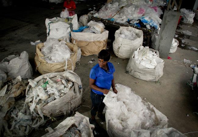 Imigrante haitiana trabalhando em empresa da Zona Franca. (Foto: Alberto César Araújo/AR)