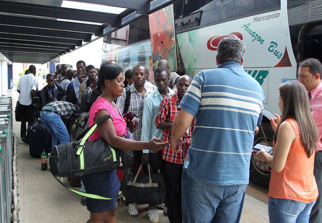 Haitianos receberam passagem de ônibus para sair de Brasileia (Foto: Luciano Pontes/Secom/Fotospúblicas)