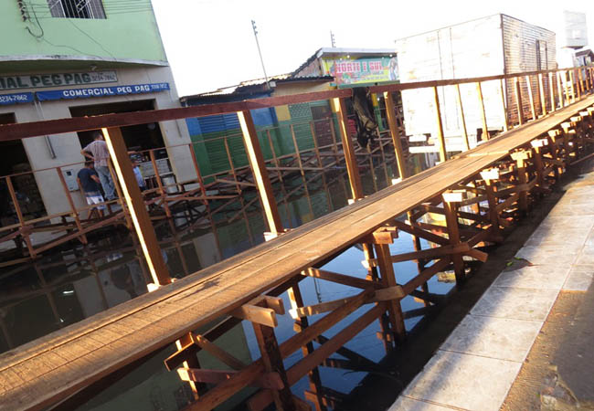 Na rua dos Barés uma ponte de madeira foi construída acima da alagação (Foto: Elaíze Farias/AR)