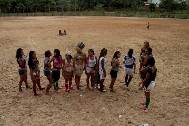 Jogadoras da etnia Sateré-Mawé se reúnem para os treinos na Redenção (Foto: Alberto César Araújo)