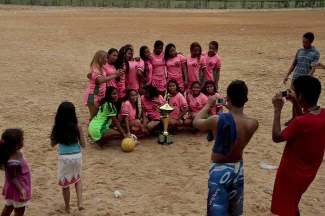 Jogadoras exibem o troféu conquistado pela primeira vez (Foto: Alberto Césa Araújo)
