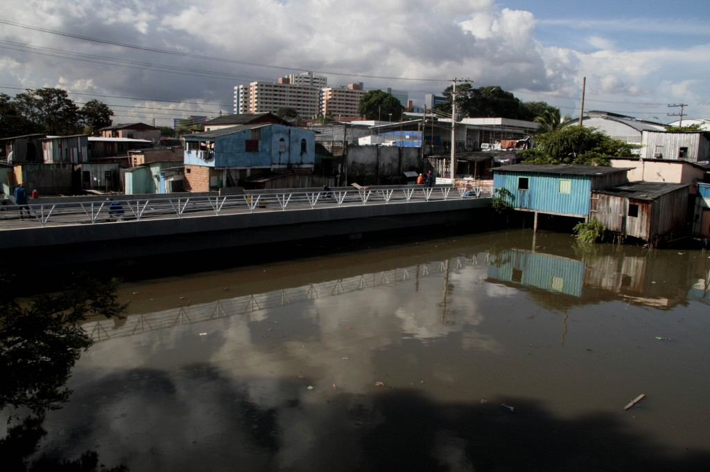 Igarapé do São Jorge ameaça transbordar na zona oeste de Manaus (FotoAmazonas: Alberto Cesar Araújo)