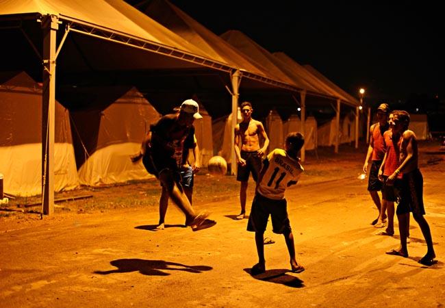 FOTO REALIDADE: Jogo de futebol no abrigo de Porto Velho, em Rondônia