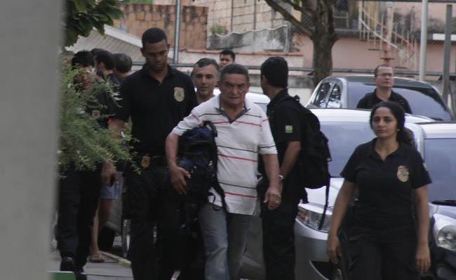 Policiais federais prenderam acusado (de branco) em São Gabriel da Cachoeira (Foto: Alberto César Araújo)