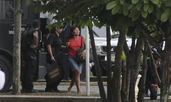Mulher acusada de aliciar meninas foi presa pela Polícia Federal (Foto: Alberto César Araújo)