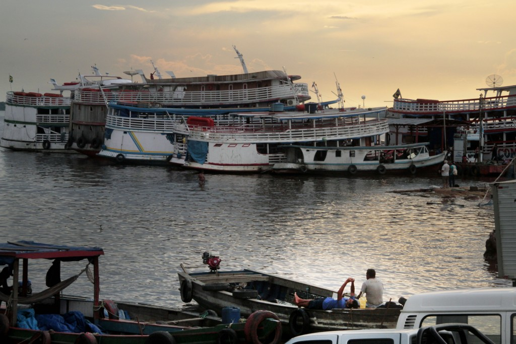Embarcações no porto da Manaus Moderna (FotoAmazonas: Alberto César Araújo)