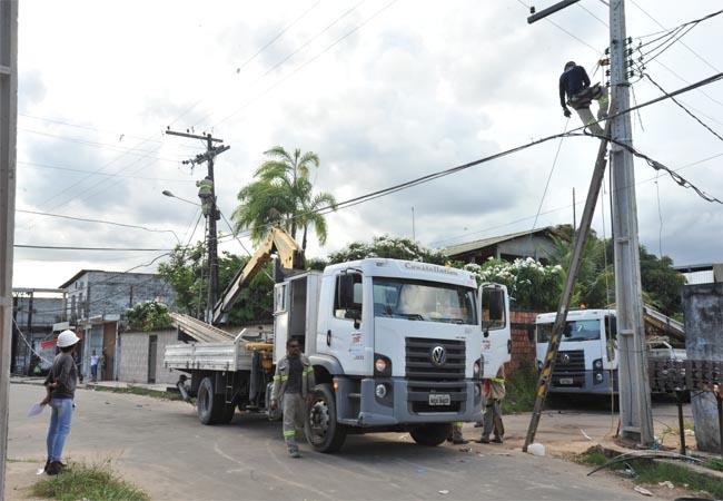 Operários trabalham na rede de energia de Manaus (Foto: Eletrobras Amazonas)
