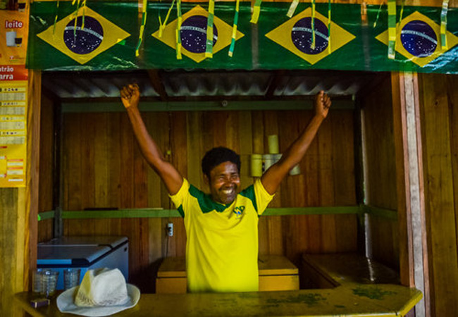 o comerciante Laércio Alves abre as portas aos torcedores do rio Guama (Foto: Christian Braga/Ninja),