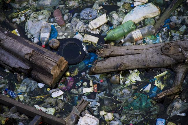 As águas do rio Negro estão descendo e mostram a face negra da poluição do lixo (FotoAmazonas: Alberto César Araújo)