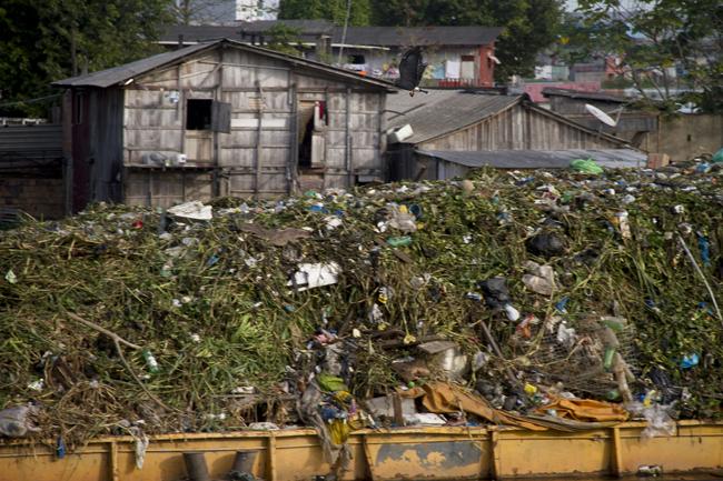 Todos os anos a prefeitura retira toneladas de lixo, mas a população continua poluindo o rio Negro (FotoAmazonas: Alberto César Araújo)