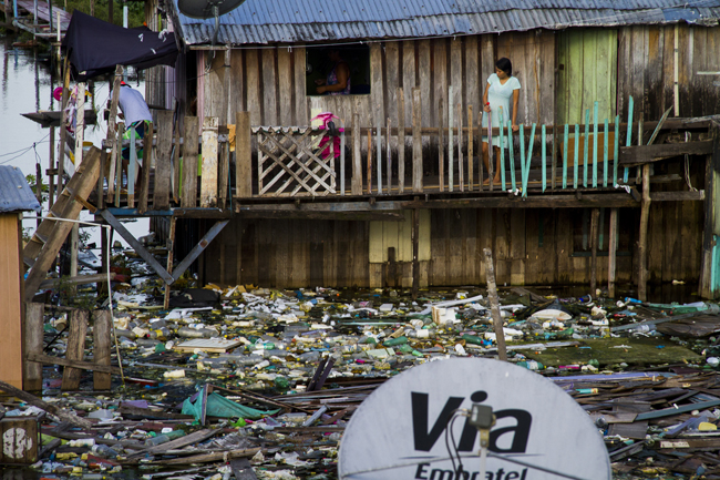 População das áreas ribeirinhas convive com o lixo jogado no rio Negro por moradores da cidade (FotoAmazonas: Alberto César Araújo)