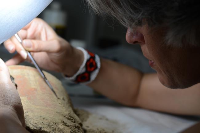 Pesquisadora Sílvia Lima restaura artefato encontrado na Amazônia (Foto: Erêndira Oliveira)