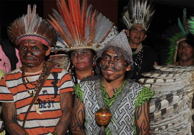 Ninawa Huni Kuin (com roupa cinza) e demais lideranças indígenas do Acre (Foto: Arquivo Pessoal)