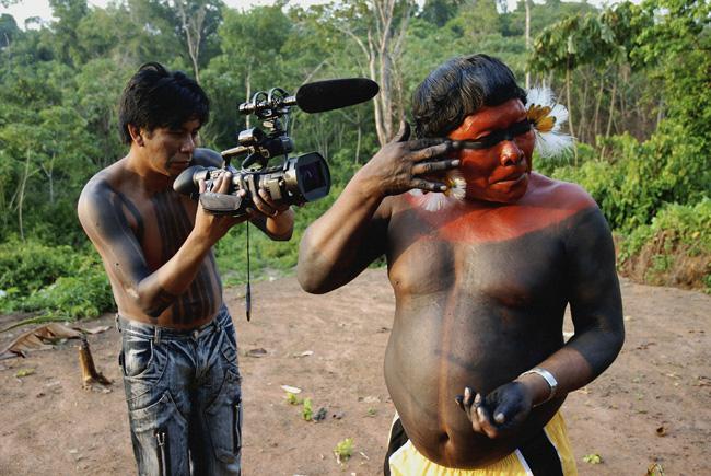 """Paturi, cineasta do povo Panará, filma o cacique Akã, protagonista do vdeo """"O amendoim da cutia""""(Foto: Vincent Carelli/2007)"""