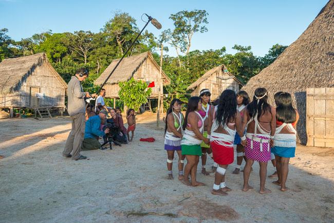 Céline Cousteau e a tripulação CauseCentric filmam dança tradicional da etnia Matis (Foto: Michael Clark)