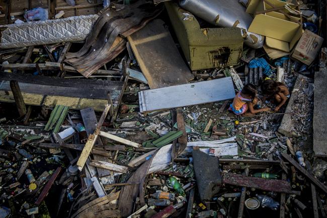 Poluição: Descida das águas do rio Negro revela acúmulo de lixo jogado pela população de Manaus
