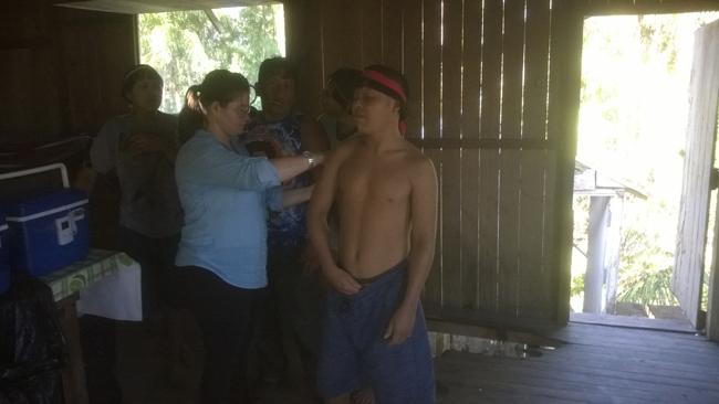 A enfermeira Evelim vacina um índio do povo Xinane, em 2014 (Douglas Rodrigues)