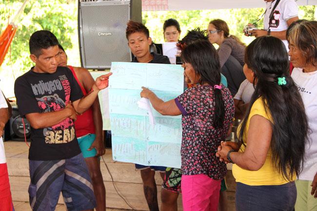 Índios apresentam história durante concurso (Foto: Oiara Bonilla)