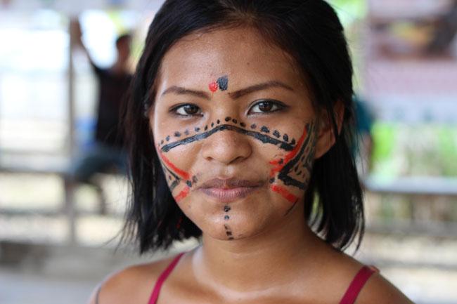 Indígena paumari valoriza a pintura e desenhos da etnia (Foto: Oiara Bonilla)