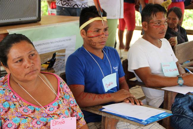 Os jurados paumari analisam os concorrentes   (Foto: Oiara Bonilla)